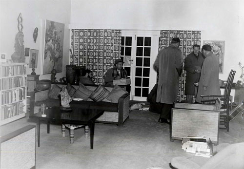 Lieutenant van Wyk and his team from the Special Branch search the lounge of the main house at Liliesleaf Farm, 11 July 1963